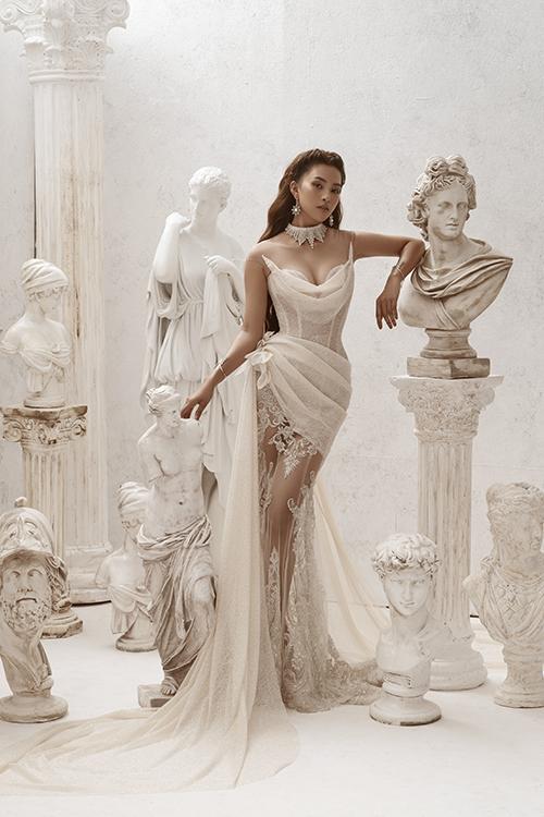 Hoa hậu Trần Tiểu Vy đã có dịp thử làm cô dâu khi diện những tấm áo cưới ở bộ sưu tập sắp ra mắt của NTK Phạm Đăng Anh Thư. Các bộ váy được Anh Thư áp dụng nghệ thuật xếp nếp, tạo khối 3D phối cùng chất liệu dập ly để tạo ra xu hướng mới cho thời trang cưới thu đông 2020.