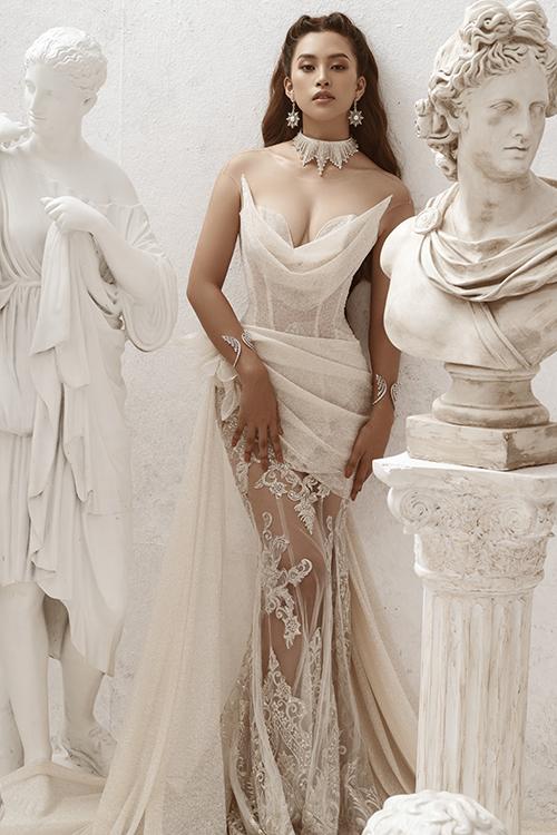 Bộ cánh mang tông màu trong trẻo, được phối vải tinh tế, dựa trên cảm hứng từ mẫu đầm của các nữ thần Hy Lạp, giúp Tiểu Vy như bước ra từ câu chuyện cổ tích.