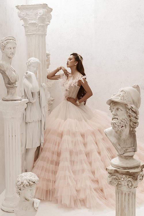 Váy được tạo hình tầng bậc, có gọng nẹp thân định hình ngực và eo.