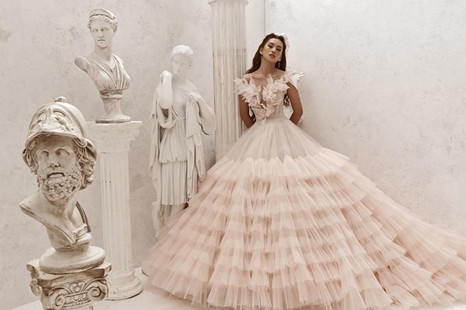 Mẫu đầm tiếp theo giúp cô dâu hóa thành nhân vật cổ tích là bộ cánh trắng pha hồng pastel.