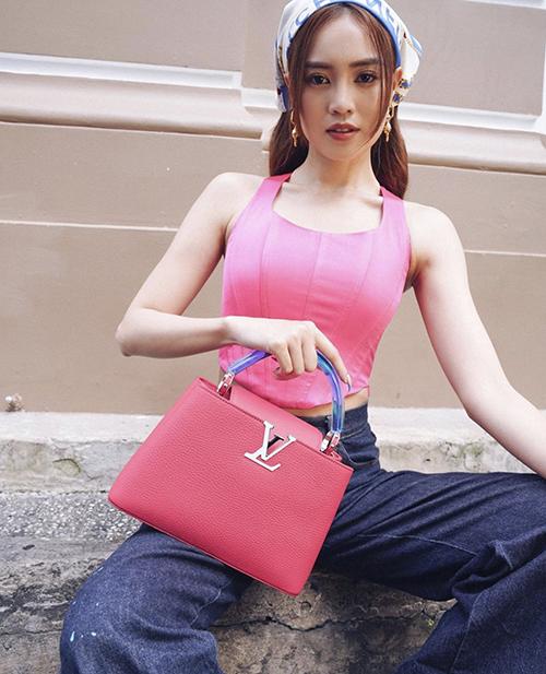 Diện áo hồng sen ngọt ngào, Lan Ngọc chọn túi Louis Vuitton đồng điệu màu sắc để phối đồ dạo phố.