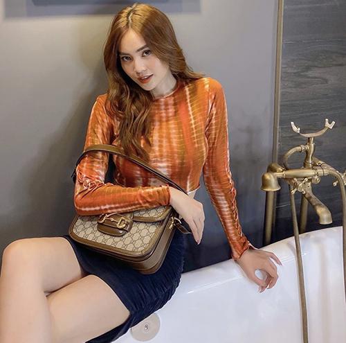 Diện áo thun ôm sát body, chân váy vải nhung mềm mại, Lan Ngọc chọn thêm túi Gucci để hoàn thiện set đồ street style.