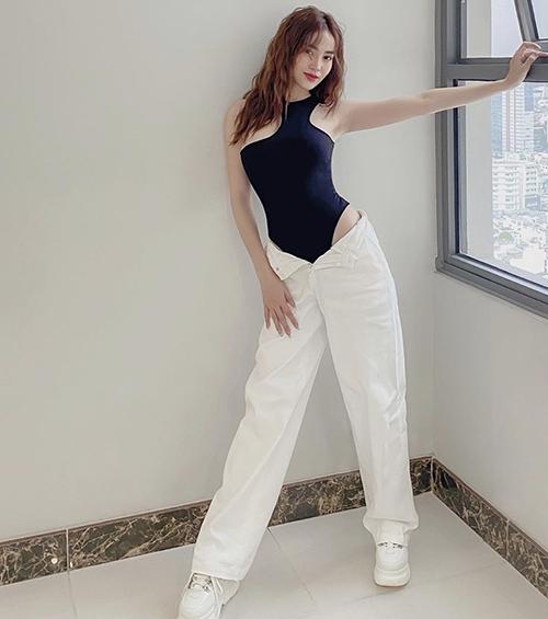 Lan Ngọc thể sự hiện vẻ năng động và khỏe khoắn không kém Chi Pu, Khánh Linh, Quỳnh Anh Shyn với mốt áo cut-out được yêu thích ở mùa hè năm nay.