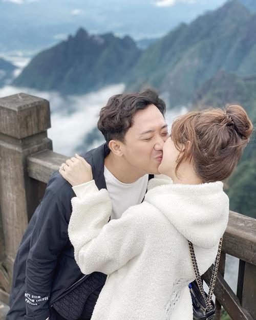 Vợ chồng Hari - Trấn Thành trao nụ hôn tình tứ giữa biển mây. Hari cho biết, đây là lần thứ 2 cô check in đỉnh Fansipan những vẫn cảm thấy rất tuyệt vời.