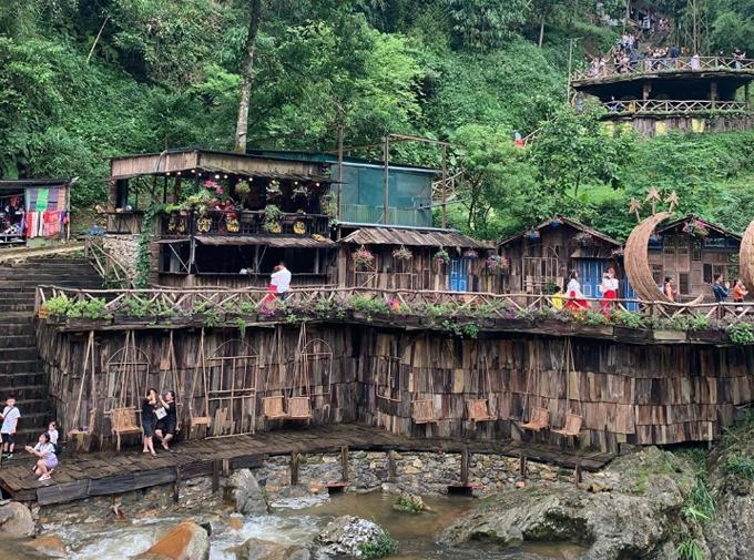 Khu du lịch bản Cát Cát được ví như một Sapa thu nhỏ với nhiều khung cảnh đặc trưng như thác nước, những ngôi nhà nhỏ xíu bằng gỗ bên mép suối, guồng nước khổng lồ, các làng nghề thủ đô, dệt vải truyền thống, các quán cà phê xinh xắn. Trên hành trình tới bản, du khách ngắm nhìn khung cảnh núi rừng, thiên nhiên, bước trên những đoạn đường đá bậc thang rêu phong, giản dị. Ảnh: luna_8282