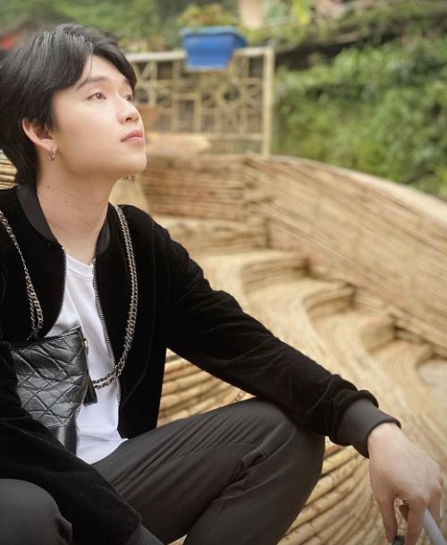 Quang Trung nhanh chóng tìm được cho mình một góc chụp ảnh phía trước tổ chim đan bằng tre nữa, vươn ra giữa núi rừng.