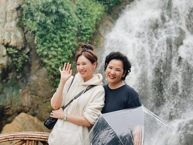 Hariwon cho biết đây là lần đầu tiên cô tới bản Cát Cát dù đã đến Sapa nhiều lần. Hai mẹ con ca sĩ người Hàn tạo dáng trên cây cầu gỗ huyền thoại ở bản Cát Cát. Với nhiều thành viên trong nhóm, đây cũng là lần đầu tiên đến với bản làng xinh xắn thuộc xã Sản Hồ này.