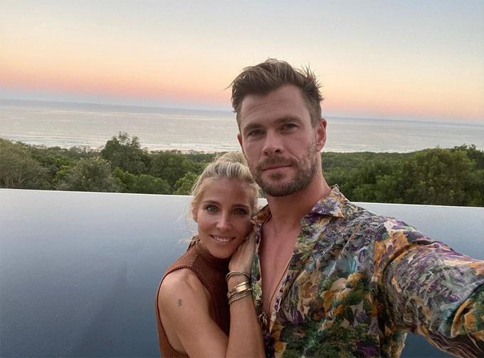 Chris Hemsworth và vợ chụp ảnh selfie từ biệt thự của gia đình.