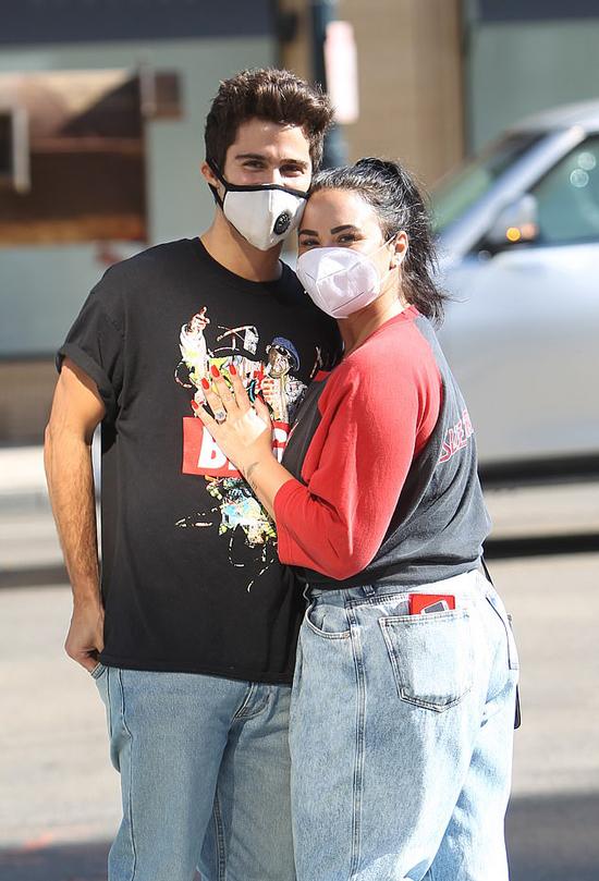 Demi Lovato và Max Ehrich được trông thấy tình tứ trên phố hôm 27/7. Demi ôm bạn trai, trên tay lấp lánh chiếc nhẫn đính hôn. Cô chỉ vừa nhận lời cầu hôn của Max vào tuần trước sau 4 tháng hẹn hò. Theo E!News, viên kim cương trên chiếc nhẫn của Demi nặng khoảng 10 carat và món trang sức này có giá gần 1 triệu USD.