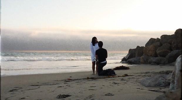 Demi chia sẻ bức ảnh được bạn trai quỳ gối cầu hôn trên bãi biển hôm 23/7. Cô viết: Trong suốt cuộc đời, em chưa bao giờ cảm thấy được yêu thương vô điều kiện như vậy ngoại trừ tình yêu của cha mẹ em. Ở bên anh, em được là chính mình. Anh khiến em muốn trở thành phiên bản tốt nhất của bản thân. Em yêu anh hơn những gì có thể bày tỏ trong những dòng viết này và hạnh phúc ngất ngây khi bắt đầu một cuộc sống gia đình với anh. Em yêu anh mãi mãi, cưng à, bạn đồng hành của em!.