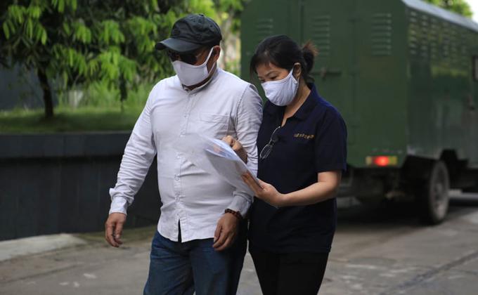 Bà Nguyễn Bích Quy (áo tối màu) đeo khẩu trang đến phiên phúc thẩm sáng 18/5.