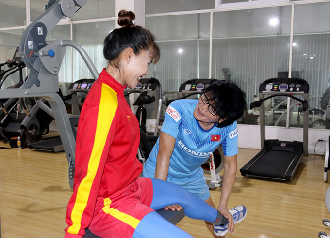 Chương Thị Kiều tập hồi phục cùng bác sĩ Choi. Ảnh: VFF.