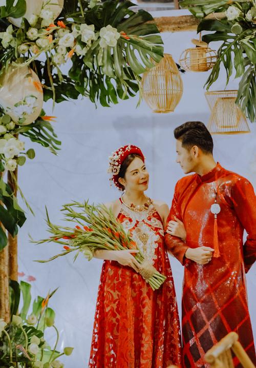 Vũ Ngọc Ánh e ấp trong trang phục cổ yếm gợi cảm còn Anh Tài thư sinh, nho nhã với áo dài truyền thống.