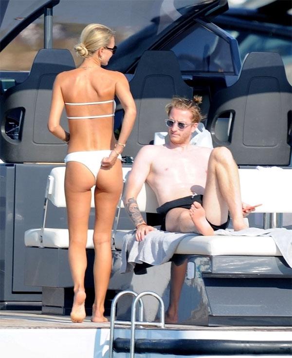 Sao Đức cởi trần để lộ làn da trắng trong khi vợ khoe thân hình mảnh mai, làn ra rám nắng với bikini trắng.