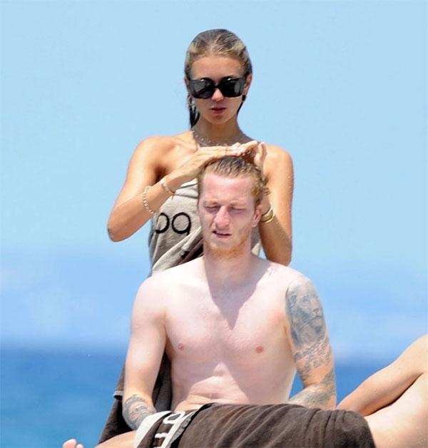 Ngôi sao Dortmund hẹn hò người đẹp đồng hương từ 2015. Cặp đôi bí mật kết hôn và có một cô con gái mới chào đời năm ngoái.