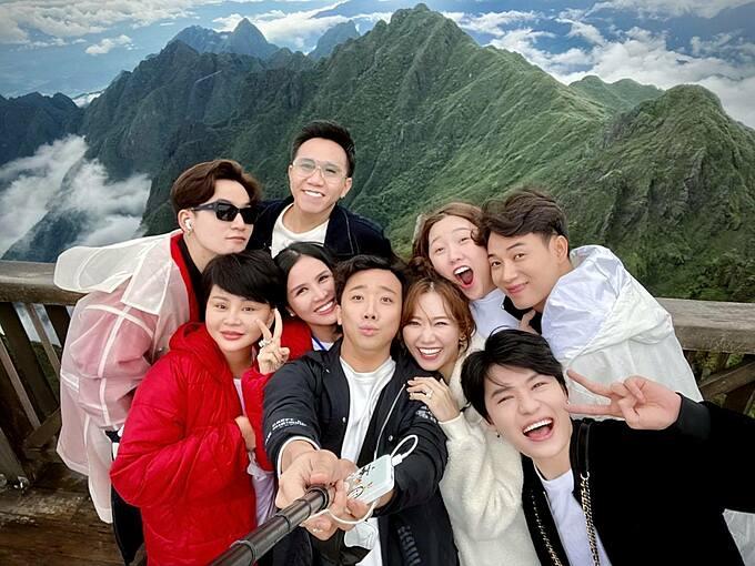 Vợ chồng Trấn Thành - Hari Won cùng hội bạn thân gồm nghệ sĩ Lê Giang, Trúc Nhân, Quang Trung, Ali Hoàng Dương... mê mẩn với vẻ đẹp hùng vĩ của đỉnh Fansipan (Sapa).