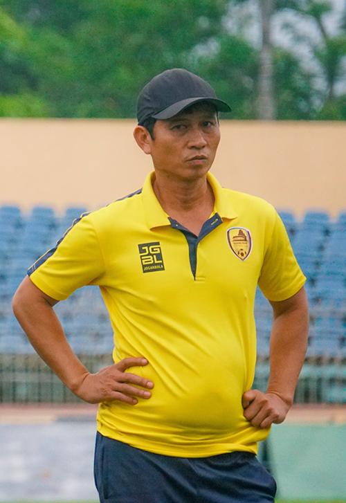 Trợ lý Dương Văn Tuyến trên sân tập của CLB Quảng Nam. Ảnh: QN FC.