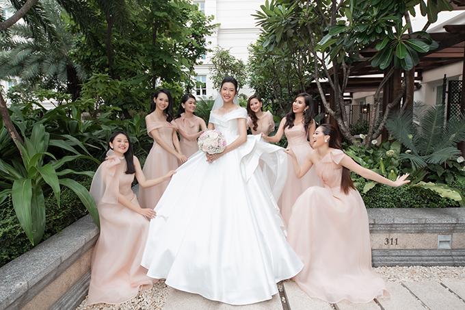 Chiều tối ngày 25/7, á hậu Thuý Vân và ông xã Nhật Vũ đã tổ chức đám cưới ở khách sạn 5 sao tại TP HCM. Trong ngày vui của mình, á hậu đã  quan tâm tới từng chi tiết nhỏ, chọn cho dàn phù dâu - các bạn bè thân thiết váy pastel hồng ngọt ngào cho phù hợp concept tiệc cưới mây hồng.