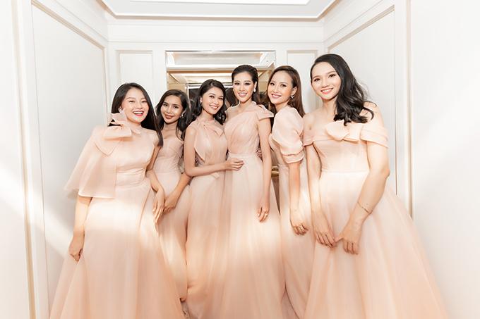 Thuý Vân đã chi khoảng 120 triệu đồng cho 6 bộ váy được thiết kế riêng bởi Linh Nga, phù hợp với dáng người của từng phù dâu.