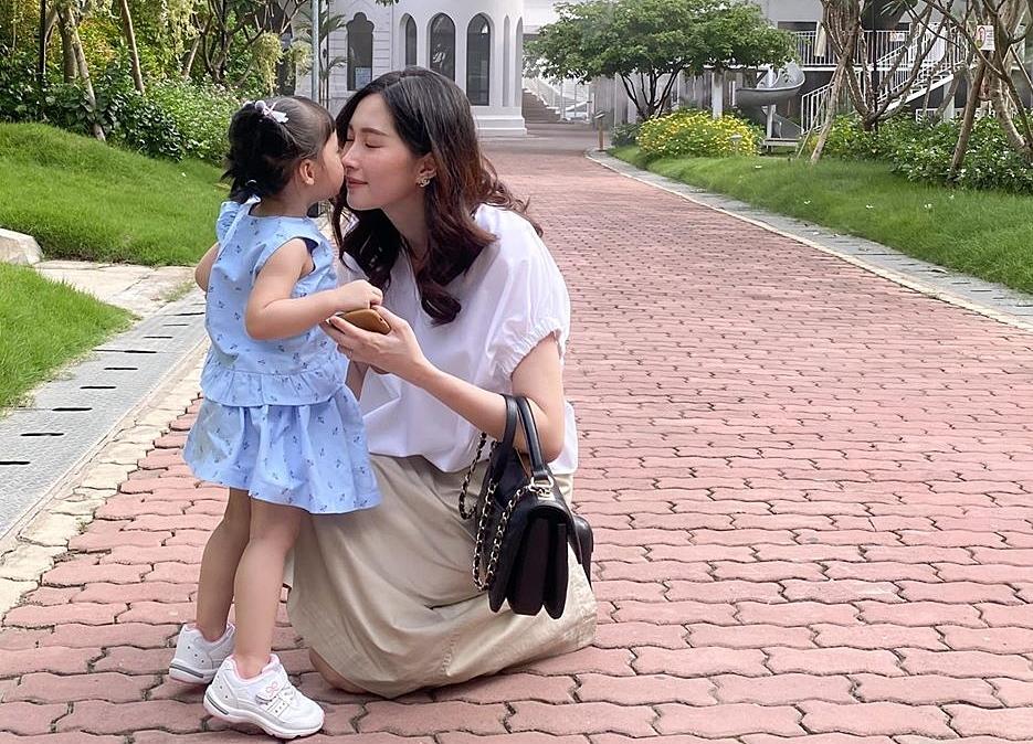 Hoa hậu Đặng Thu Thảo bên con gái Sohie.