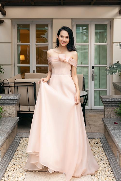 Người mẫu Kim Ngân lựa chọn thiết kế trễ vai khoe xương quai xanh.