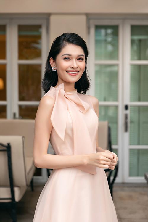 Á hậu Thuỳ Dung cũng diện váy chữ A dáng dài, không tay, có thiết kế cổ lọ cổ điển và điểm nhấn là chiếc nơ nơi cầu vai.