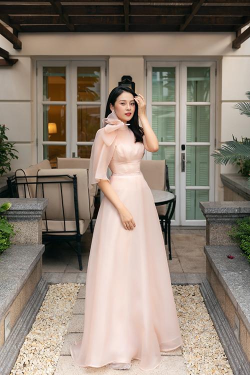 Diễn viên Tam Triều Dâng diện váy đính nơ to bản và có tay lửng bất đối xứng.