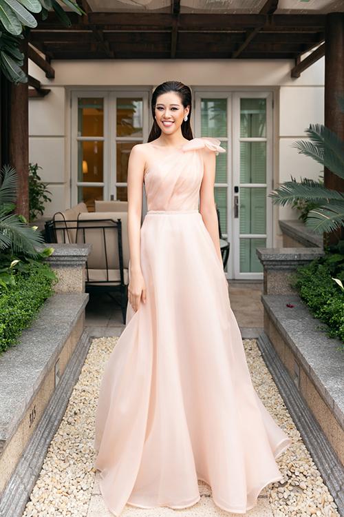 Hoa hậu Khánh Vân lựa chọn váy vai lệch được lấy ý tưởng từ váy của nữ thần Venus, tôn sự sang trọng. Các váy đều được Linh Nga sử dụng chất liệu lụa organza kết hợp lụa tơ tằm thượng hạng. Chị chọn lựa corset siết eo may liền vào thân váy để giúp tất cả phù dâu có vòng eo con kiến.