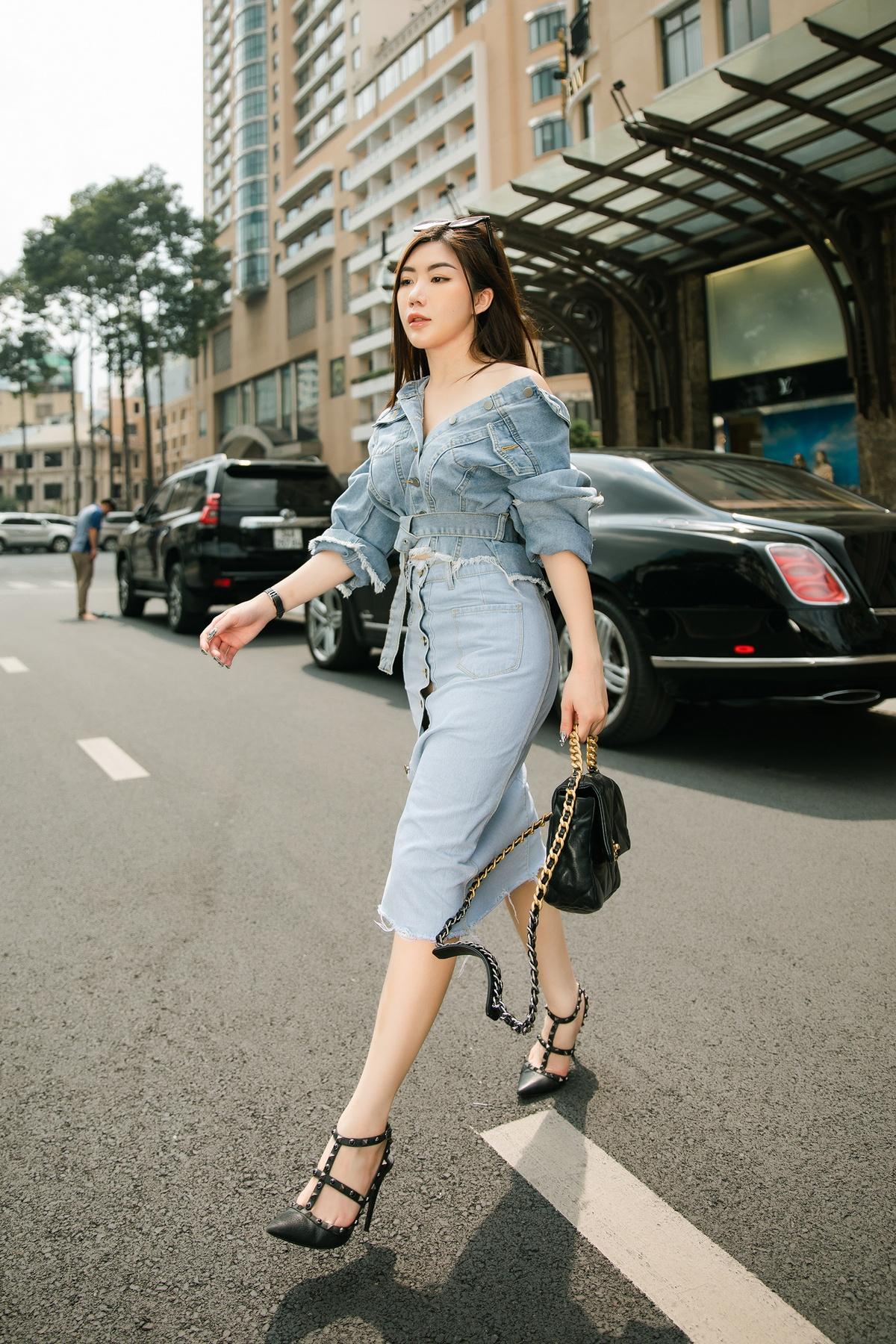Tự tin với làn da đẹp và đôi vai thon nên Amanda Baby thường mặc áo trễ vai để khoe ưu điểm của mình. Với chất liệu jean, cô kết hợp chân váy cùng áo trễ vai để tạo nên bộ đồ vừa năng động vừa nữ tính.