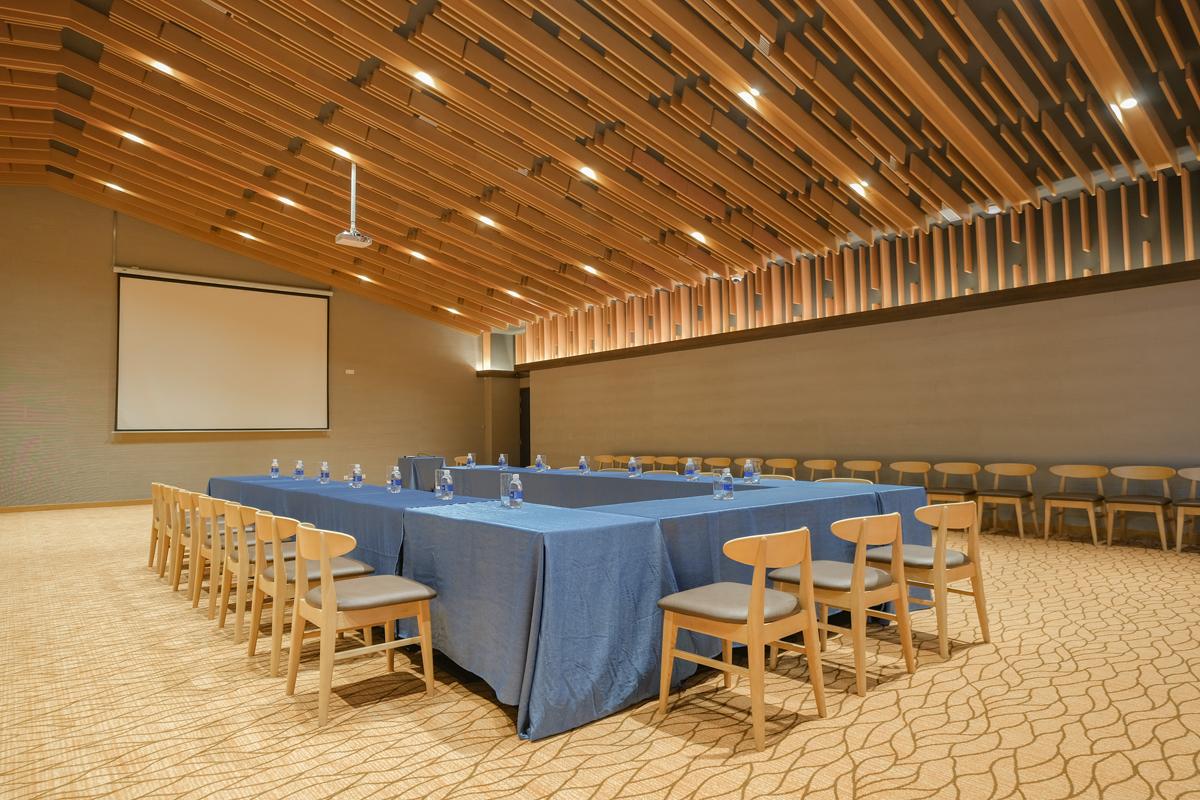 Minera Hot Springs Binh Chau cũng có nhiều không gian hội họp, được thiết kế phù hợp với mọi cuộc gặp gỡ. Dù là cuộc gặp riêng tư với gia đình, đồng nghiệp hay những buổi hội thảo, hoặc những sự kiện ngoài trời đều có thể tổ chức tại đây. Một số khu vực như khu khoáng nóng Minera Springs, khu quảng trường Forest có sức chứa lên tới 1.000 khách.