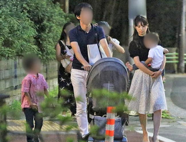 Ogura Yuko cùng chồng và hai con trai.