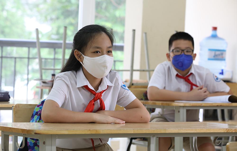 Giáo viên và học sinh được khuyến cáo đeo khẩu trang khi ở trường và đến nơi công cộng.