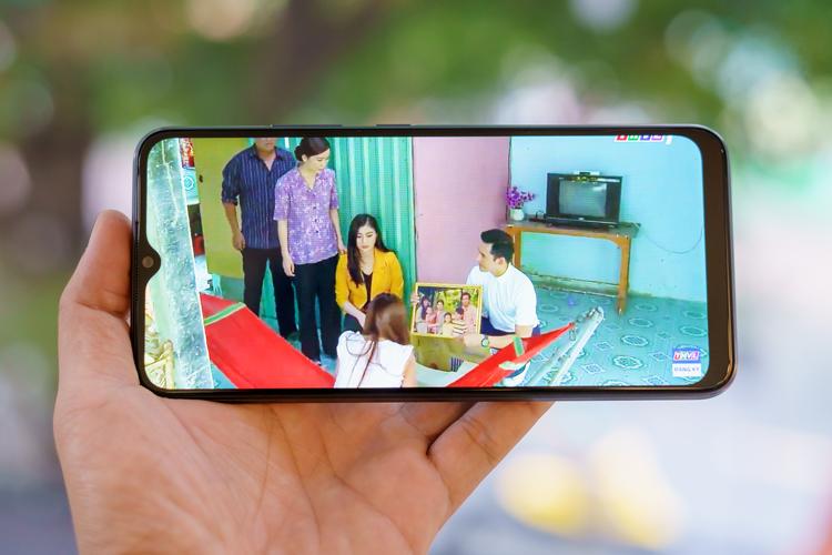 Bắt đầu với tác vụ xem phim, nhờ lợi thế kích thước lớn 6,5 inch và thiết kế màn hình giọt nước chiếm gần trọn mặt trước, Realme C11 đem lại không gian hiển thị lý tưởng để thưởng thức các tác phẩm điện ảnh. Viên pin dung lượng lớn sẽ là điểm tựa để người dùng thoải mái xem trong nhiều giờ liền. Với một tập phim 50 phút trong series Mẹ ghẻ đang gây sốt thời gian qua, mẫu smartphone này chỉ mất 10% pin khi kết nối mạng bằng Wi-Fi.
