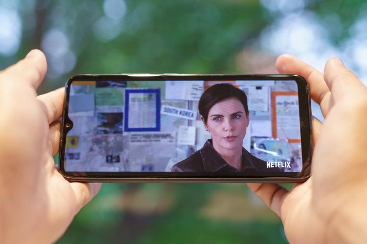 Khi bạn xem hết bộ phim điện ảnh The Old Guard đang rần rần trên Netflix kéo dài tầm 2 giờ đồng hồ, cũng bằng kết nối Wi-Fi, Realme C11 chỉ tiêu tốn 22% pin.