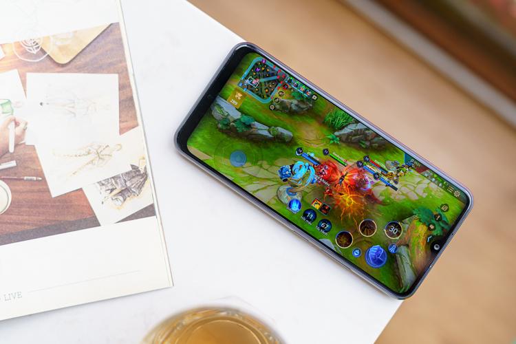 Sở hữu cấu hình ấn tượng trong phân khúc dưới 3 triệu đồng, Realme C11 có thể giúp người dùng chơi mượt mà các tựa game quen thuộc như: Liên quân Mobile với thiết lập đồ họa trung bình. Bằng kết nối 4G, sau một trận đấu kéo dài tầm nửa giờ, máy chỉ mất 12% dung lượng pin.
