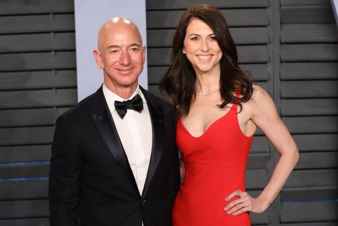 MacKenzie Scott và Jeff Bezos thời còn mặn nồng. Ảnh: Bloomberg.