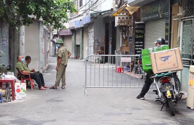 Khu vực đầu bếp quán pizza sống ở Mễ Trì Thượng, Mễ Trì, quận Nam Từ Liêm, đã được phong tỏa, dựng rào chắn từ trưa 29/7. Ảnh: Hiếu Phạm.