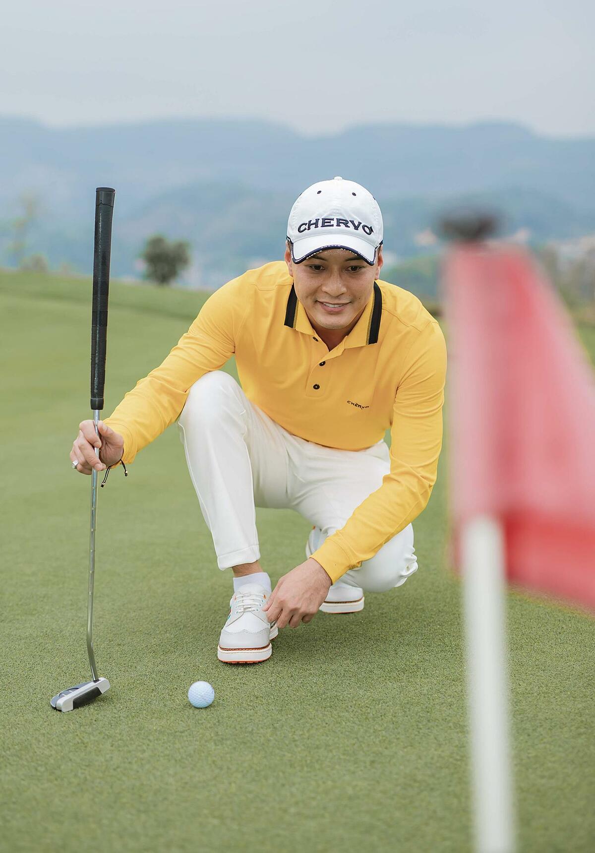 Là một người yêu thích Chervo, nam diễn viên Zippo, mù tạt và em không ngại sắm cả bộ sưu tập áo polo ngắn tay dành cho mùa hè, dài tay cho mùa đông đủ màu sắc để diện khi chơi golf và dạo phố.
