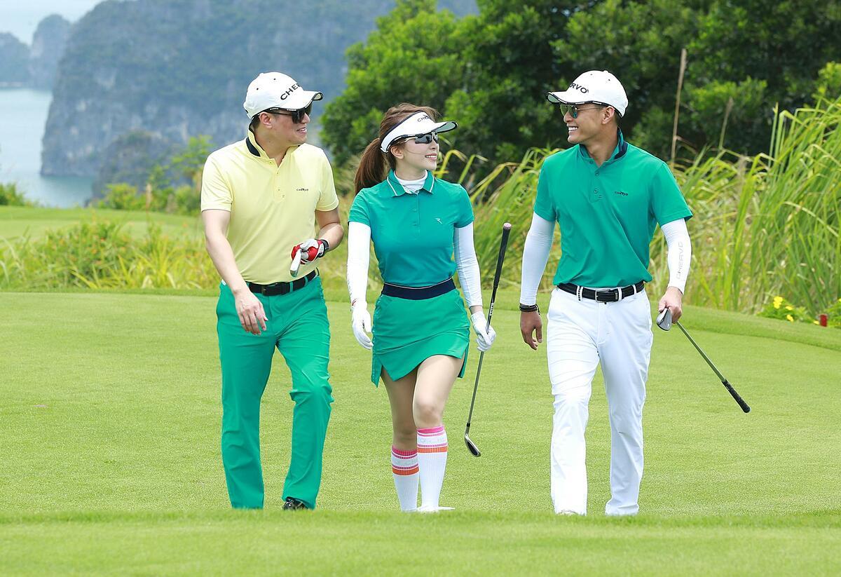 Không chỉ Hồng Đăng, diễn viên Việt Anh, Quỳnh Nga cũng lựa chọn thời trang golf Chervo mỗi khi ra sân tập luyện hoặc thi đấu. Bộ ba diễn viên quen thuộc của vũ trụ truyền hình VTV đều đang tham gia câu lạc bộ golf của Chervo.