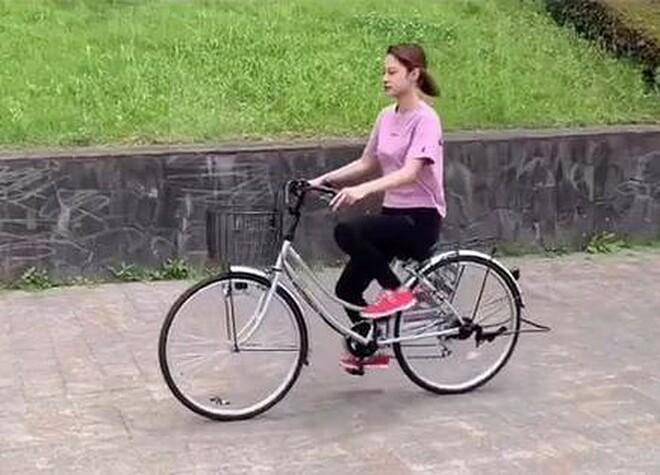 Noa đạp xe đi làm thay vì đi