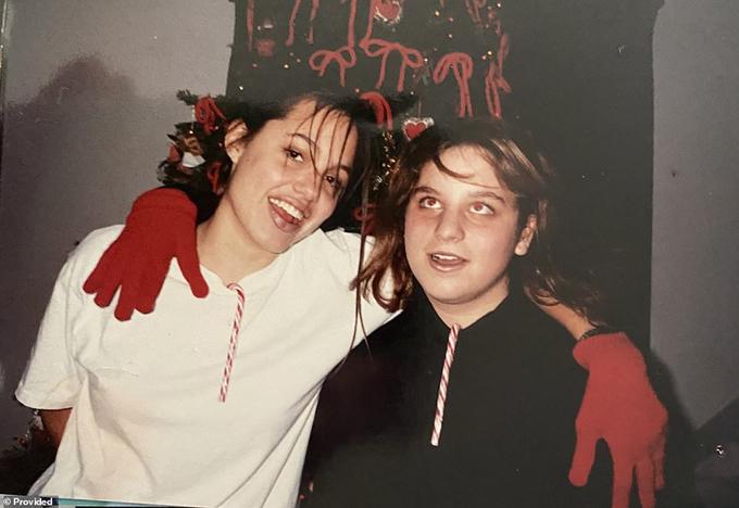 Những bức ảnh Angelina Jolie thời tuổi teen nổi loạn - 6