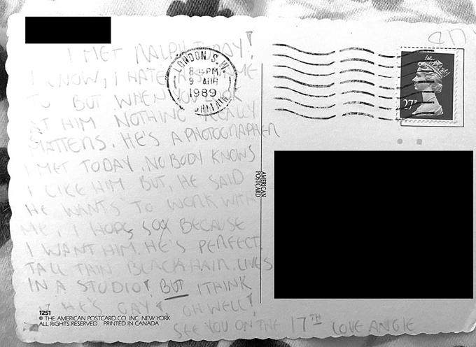 Angelina viết thư kể với bạn những anh chàng cô thích.