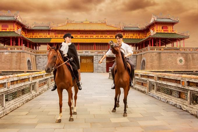 Kaity Nguyễn cùng Khương Lê - gương mặt mới của phim Việt cưỡi ngựa trong không gian của đại nội Huế.