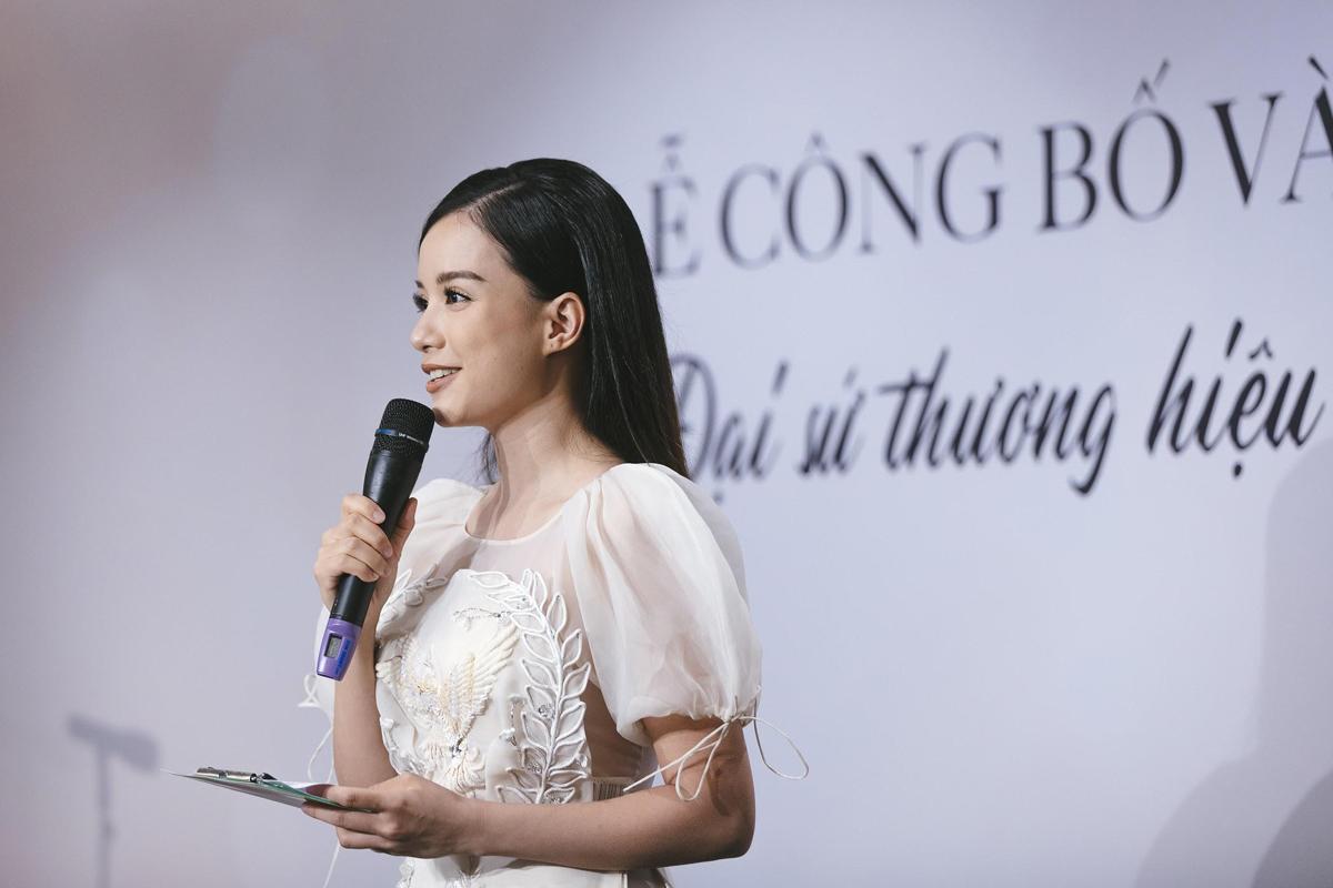 Là người dẫn dắt sự kiện, MC Minh Trang chia sẻ sự gắn bó với Menard qua nhiều chương trình của thương hiệu. Chính tình yêu cái đẹp đã gắn kết chúng tôi cùng đồng hành cống hiến hết mình cho nghệ thuật. Khi những tâm hồn cùng chạm vào một lý tưởng sẽ thăng hoa, vững bền trở thành tri kỷ, cô nói.