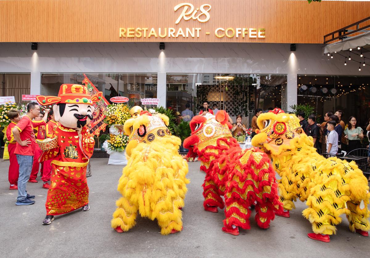 Ri8 Restaurant & Coffee nằm trong dự án nhà hàng phức hợp của Công ty cổ phần Đầu tư và TMDV P2P BeToP vừa khai trương vào ngày 28/7, tại 66A Phổ Quang, Q. Tân Bình, TP. HCM. Đến với nhà hàng RI8 Restaurant & Coffee, khách hàng sẽ được đắm chìm vào không gian mộc ấm cúng, mang dấu ấn Trung Hoa rất riêng. Sử dụng tông màu ấm áp nhẹ nhàng thay cho tông màu đỏ đậm chất Trung Hoa với sự thiết kế tinh tế hài hoà tạo nên không gian sang trọng và gần gũi hơn với thực khách. Đến với RI8 là đến với không gian thưởng thức thực thụ không chỉ về món ăn mà cả không gian của sự thư thái nhẹ nhàng, nơi chào đón những buổi họp mặt cùng người thân bạn bè hay đồng nghiệp ngồi lại bên nhau cùng thưởng thức những món ăn mang đậm hương vị Hong Kong giữa lòng Sài Gòn.