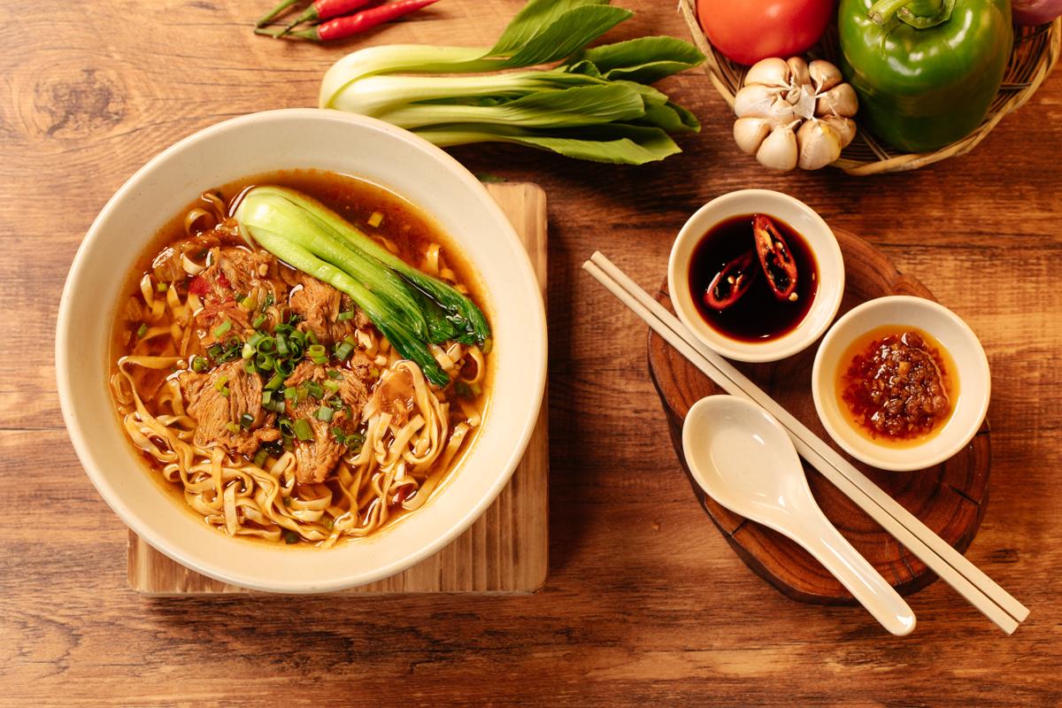 Thực khách còn được thưởng thức thực đơn phong phú với hơn 50 món ăn đa dạng nổi bật mang đậm hương vị truyền thống Trung Hoa như miến xào cua, sườn oliu RI8, mú Nghệ phi lê hấp tàu xì, sò điệp rang muỗi, vịt quay, mì nước, mì khô... Bên cạnh bữa sáng với các món mỳ, dimsum, nhà hàng RI8 còn phục vụ các món cơm phần kèm canh theo ngày với nhiều set đa dạng cho thực khách lựa chọn như cơm bò lúc lắc, cơm tôm mực sốt tàu xì, cơm xá xíu, cơm xào đậu hũ tứ xuyên... vừa lạ vị lại ngon miệng với mức giá hợp lý. Đây là nơi cung cấp thực đơn những bữa ăn hấp dẫn phù hợp cho dân văn phòng.