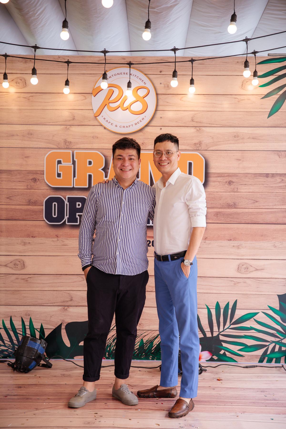 Ông Đồng Sỹ Minh Đức - Tổng giám đốc và ông Bùi Thế Hiển - Phó tổng giám đốc Công ty P2P BeToP cũng có mặt tại buổi lễ khai trương. Khách hàng khi đến thưởng thức các món ẩm thực Trung Hoa tại Ri8 trong tuần lễ khai trương sẽ được tham gia những hoạt động đặc sắc như: thưởng thức các ca khúc nhạc Việt - Hoa trầm lắng trong đêm nhạc Ri8. Bên cạnh đó, khách hàng còn được trải nghiệm thử món ăn miễn phí áp dụng trong trong 3 ngày (từ ngày 28/7 đến 30/7) cùng nhiều ưu đãi hấp dẫn như: giảm giá 10% trên tổng hóa đơn, thưởng thức các món ăn với mức giá ưu đãi chỉ từ 55.000 đồng. RI8 còn chuẩn bị kèm các phần quà tặng mang đậm phong cách Trung Hoa như xửng dimsum... dành riêng cho thực khách.