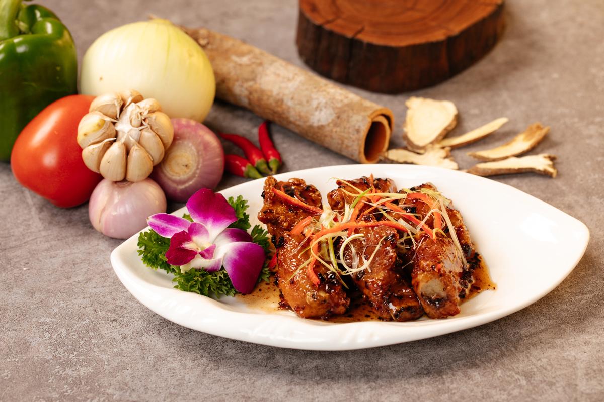 Để mang đến những bữa tiệc thịnh soạn, các đầu bếp với nhiều năm kinh nghiệm của nhà hàng RI8 dành nhiều thời gian nghiên cứu để giữ nguyên được hương vị đặc sắc, đậm đà của ẩm thực Trung Hoa nhưng không quá xa so với khẩu vị của người Việt. Toàn bộ nguyên liệu dùng để chế biến món ăn đều là sản phẩm tươi sạch được các đầu bếp trực tiếp chế biến. Điều làm nên sự đặc biệt tại RI8 là phần nước chấm cho từng món ăn được pha chế mang đậm vị Trung - Việt, giúp thực khách thưởng thức được trọn vẹn hương vị tuyệt hảo của mỗi món ăn khác nhau.