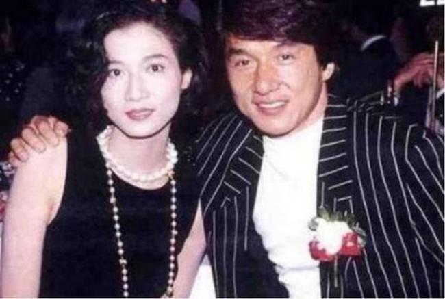 Ngô Ỷ Lợi quen biết Thành Long năm 1999, khi đó nam diễn viên đã có vợ con đàng hoàng.