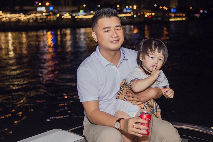 Các con Oanh Yến cũng tham gia chuyến vi vu trên sông Sài Gòn cùng bố mẹ. Bé thứ năm Như Ý được bố bế ngắm cảnh.